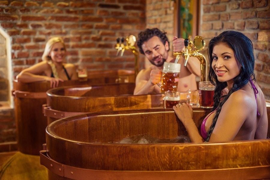 Turistas tomando banho de cerveja.