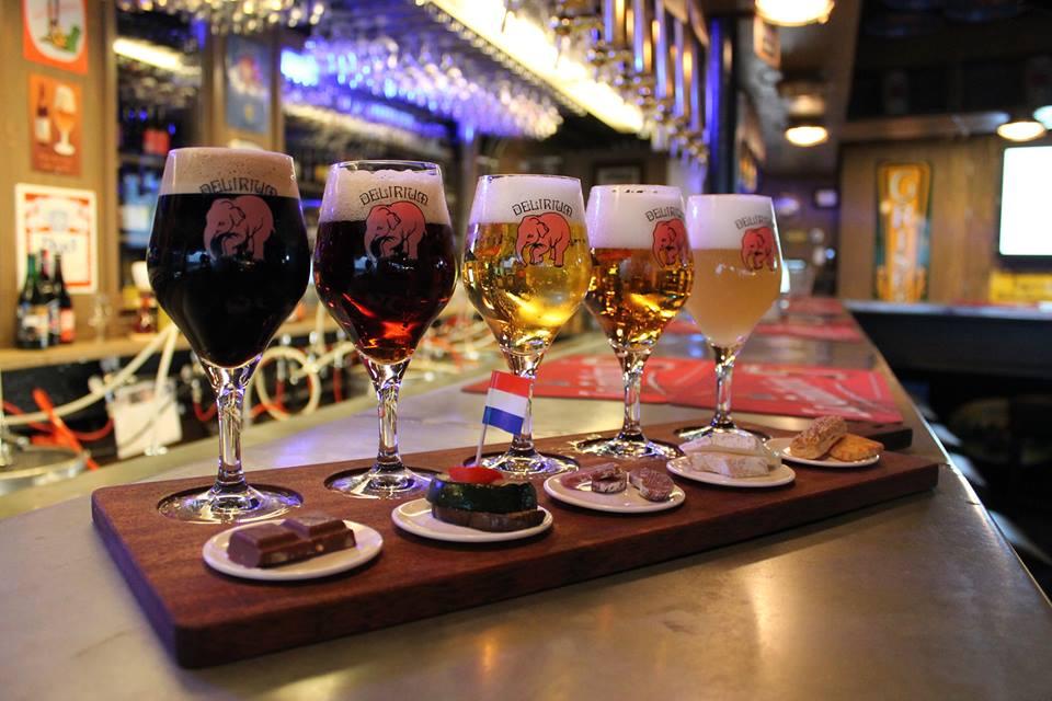 Delirium Café: é um bar que tem uma grande diversidade de Cerveja artesanal em Amsterdã