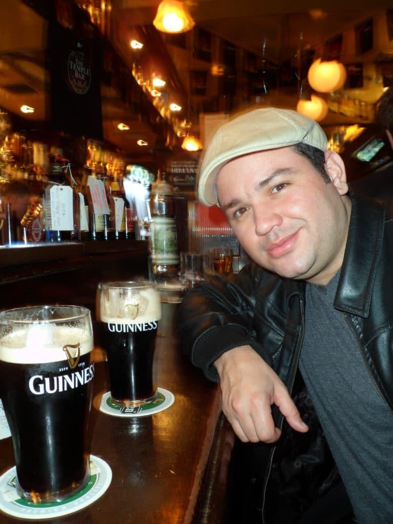 Pints de Guinness em um pub de Dublin.