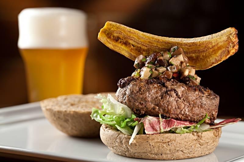 Pub Escondido tem um dos mais famosos burgers dentre os bares de cerveja artesanal do Rio de Janeiro.
