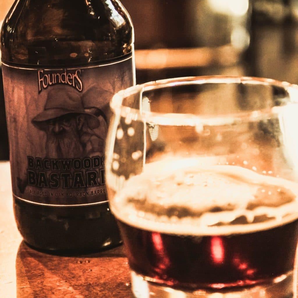 Cerveja Backwoods Bastarde da cervejaria Founders.