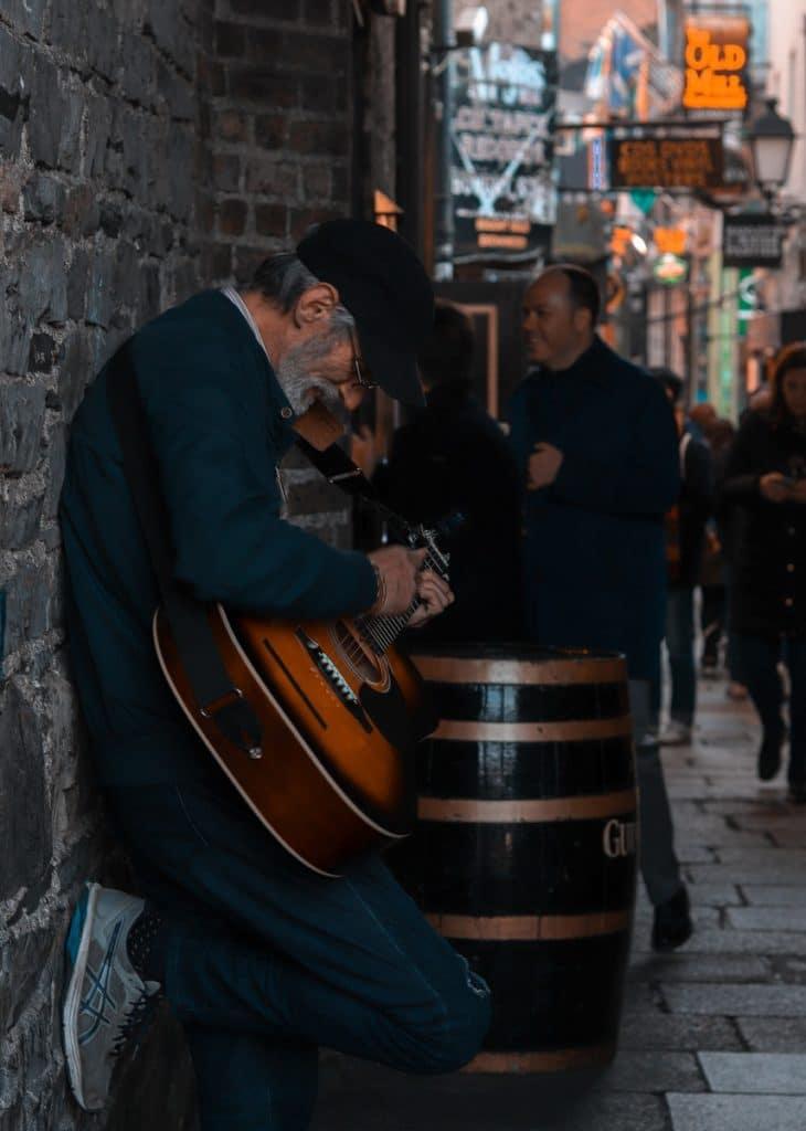 Um músico próximo a um dos melhores pubs de Dublin.