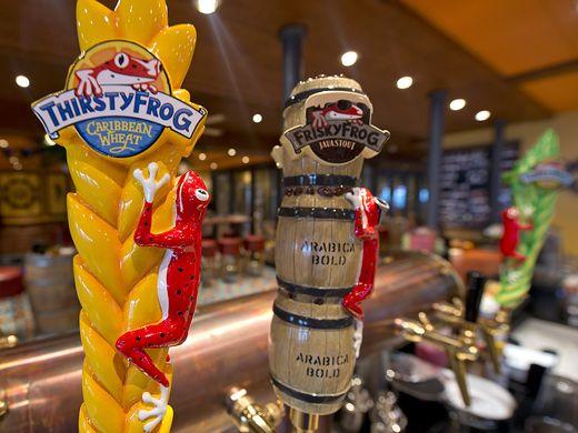 Cervejas on tap no navio de cruzeiro Carnival Vista.
