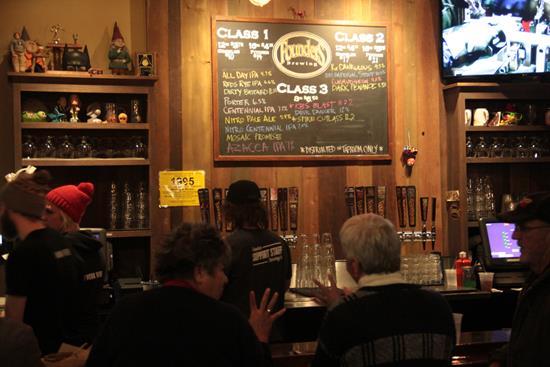 Cervejas on tap na Cervejaria Founders.