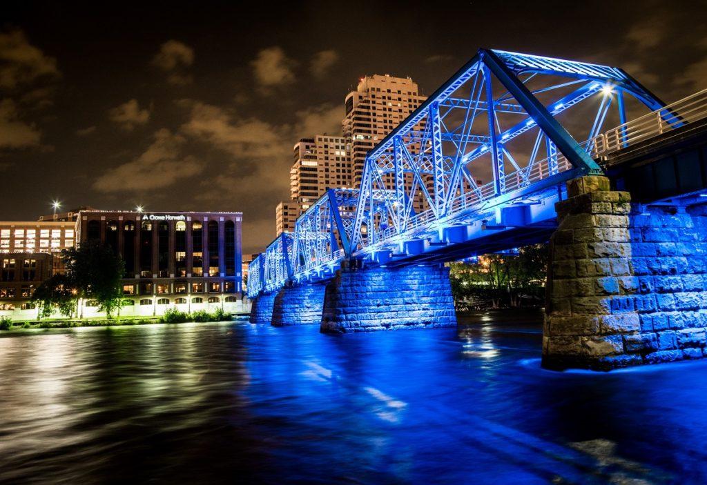 The Blue Bridge no centro de Grand Rapids.