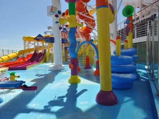 O parque aquático do navio de cruzeiro Carnival Vista.