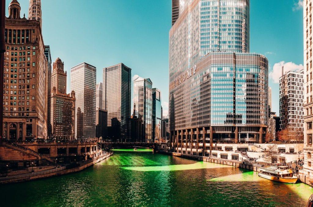Rio pintado de verde no St Patrick Day em Chicago.