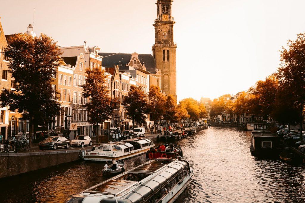 Barco em um canal em Amsterdã