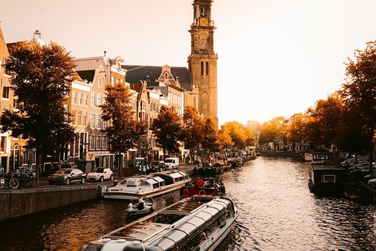 Barco em um canal em Amsterdam.
