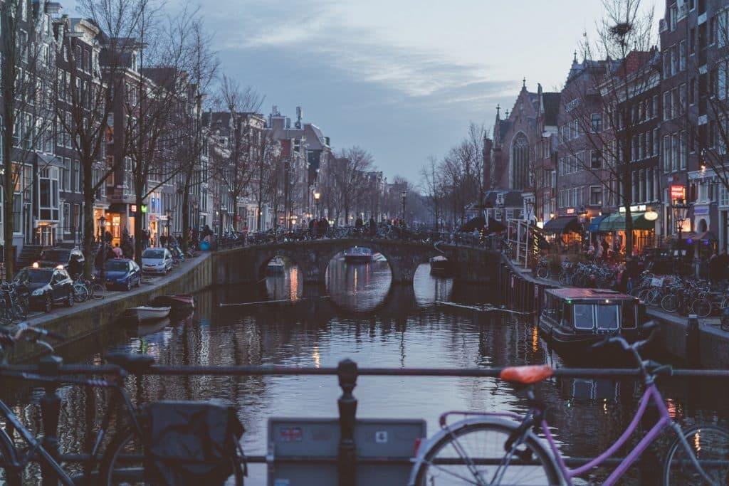 Os canais de Amsterdam, na Holanda.