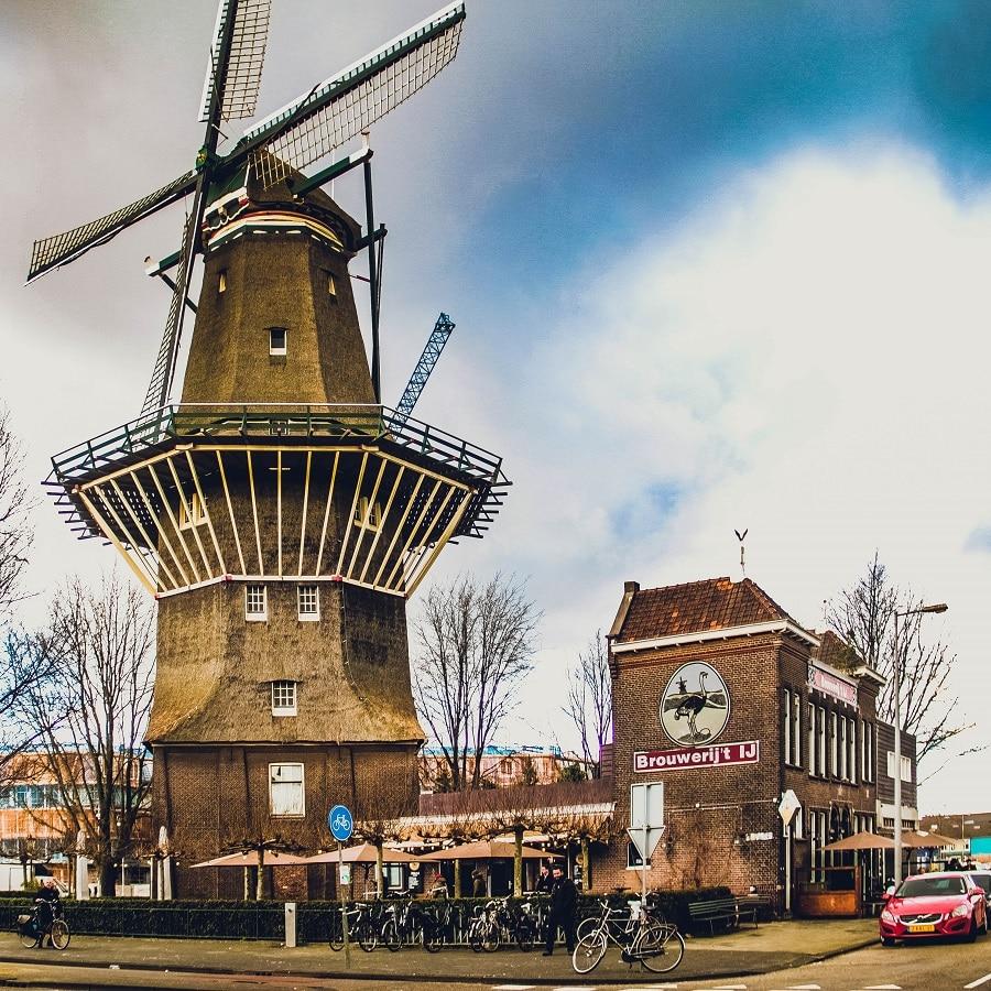 Cervejaria Brouerij't IJ que fica dentro de um moinho desativado em Amsterdam