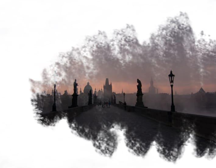 Nascer do sol na ponte Charles Bridge em Praga, na República Tcheca.