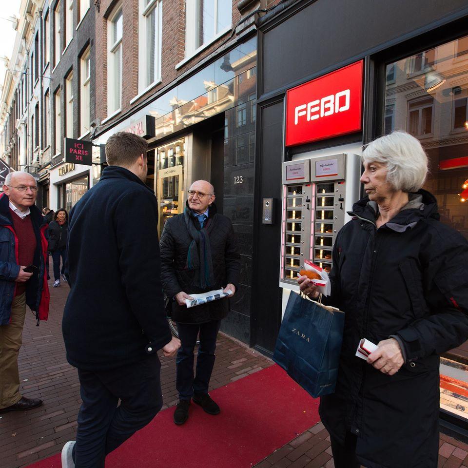 Vitrines de salgados da Febo: a comida de rua mais famosa em Amsterdã.
