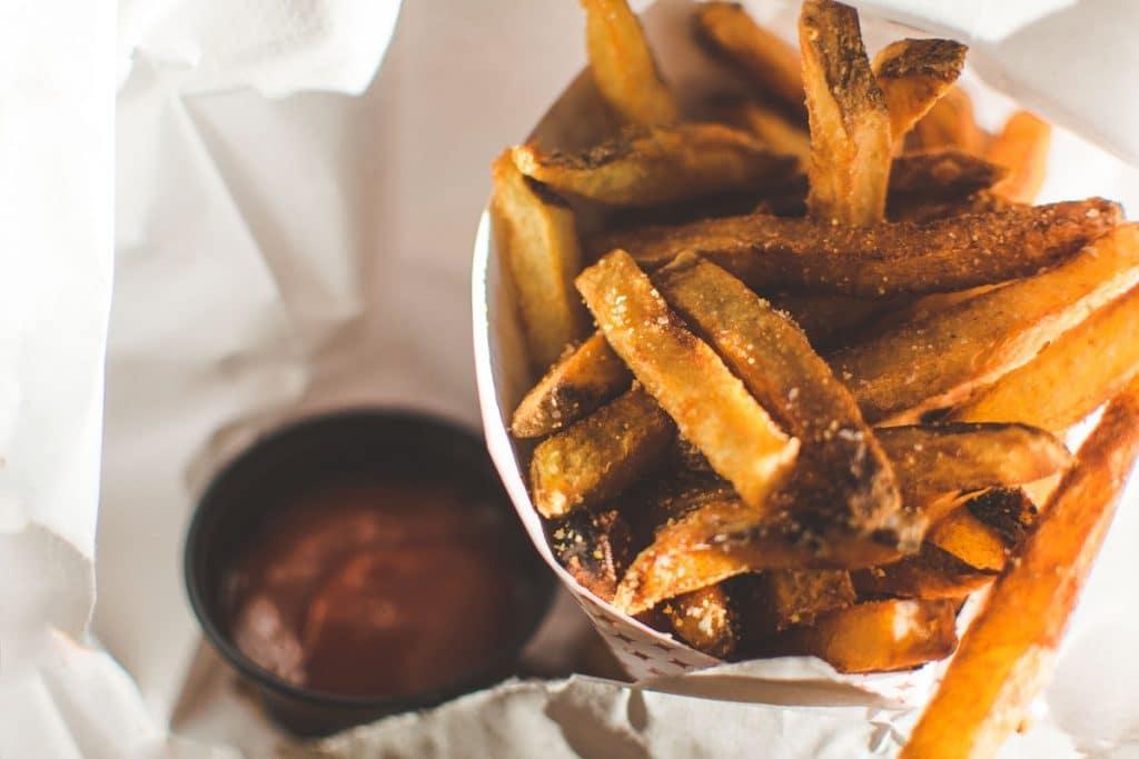 Batata frita no cone é uma comida de rua mais comum em Bruxelas, mas também é muito consumida em Amsterdã.