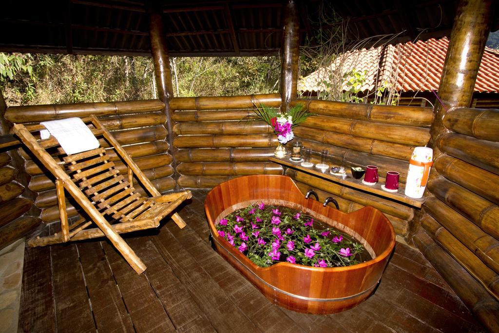 Banheira japonesa da Pousada Bosque dos Beija Flores em São Tomé das Letras.