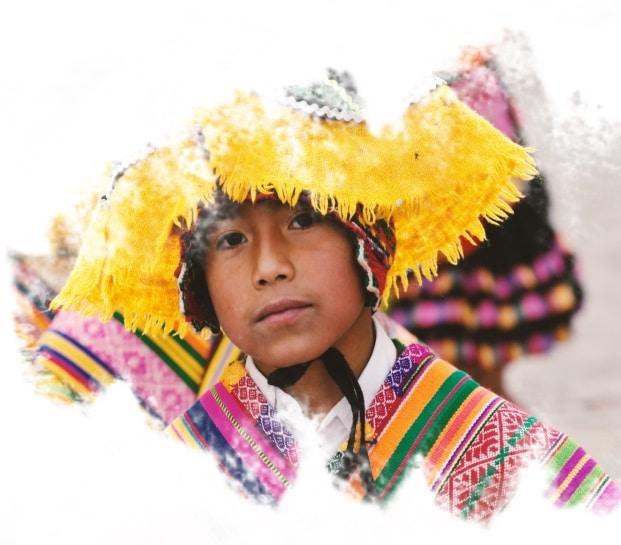 Menino em traje típico peruano em Urubamba, Peru.