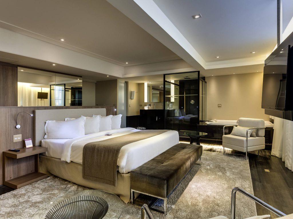 Suíte com banheira de hidromassagem no hotel Mercure Lourdes em Belo Horizonte.