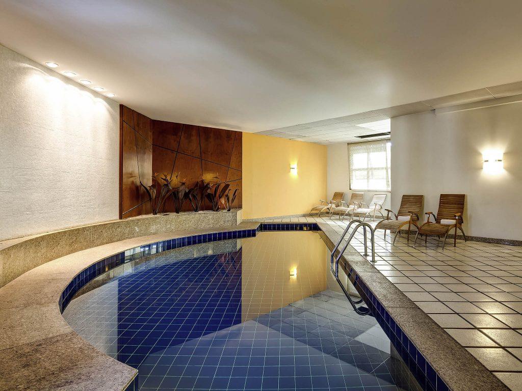 Piscina coberta no Hotel Mercure Lourdes em Belo Horizonte.