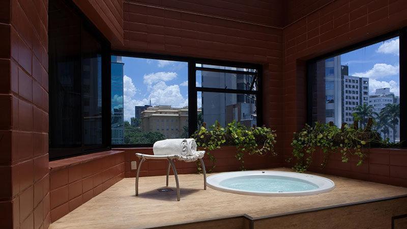 Banheira de hidromassagem na suíte do hotel Royal Boutique Savassi em Belo Horizonte.