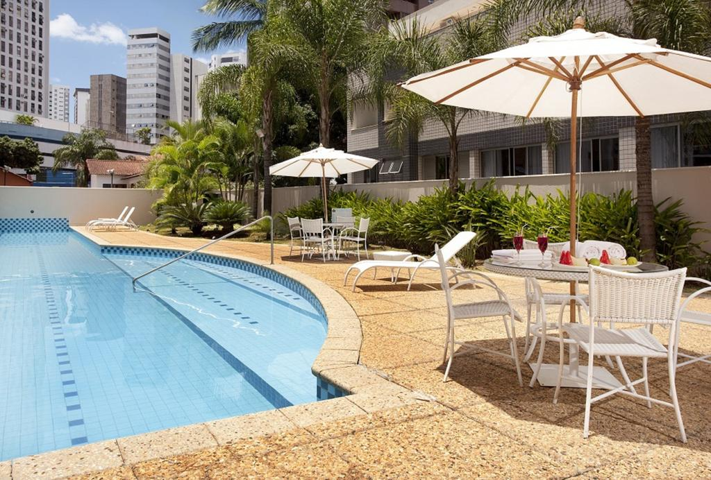 Piscina do hotel Royal Golden Savassi em Belo Horizonte.