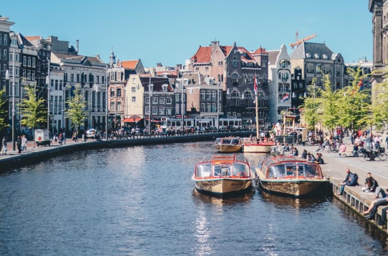 Canais de Amsterdã, na Holanda.