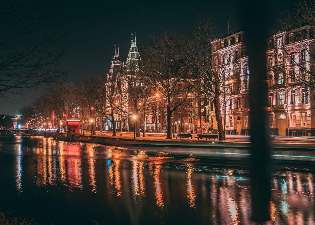 Canal de Amsterdã, na Holanda.