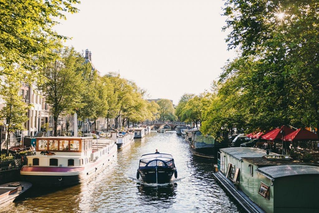 Casa barco em um dos canais da cidade, que são pontos turísticos famos de Amsterdam.