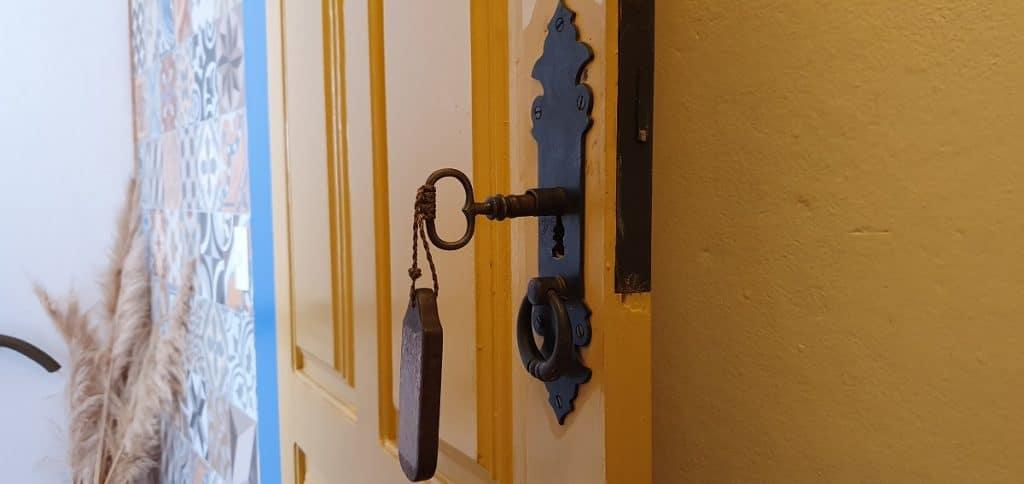 Chave da porta do quarto de Pousada Marília de Dirceu