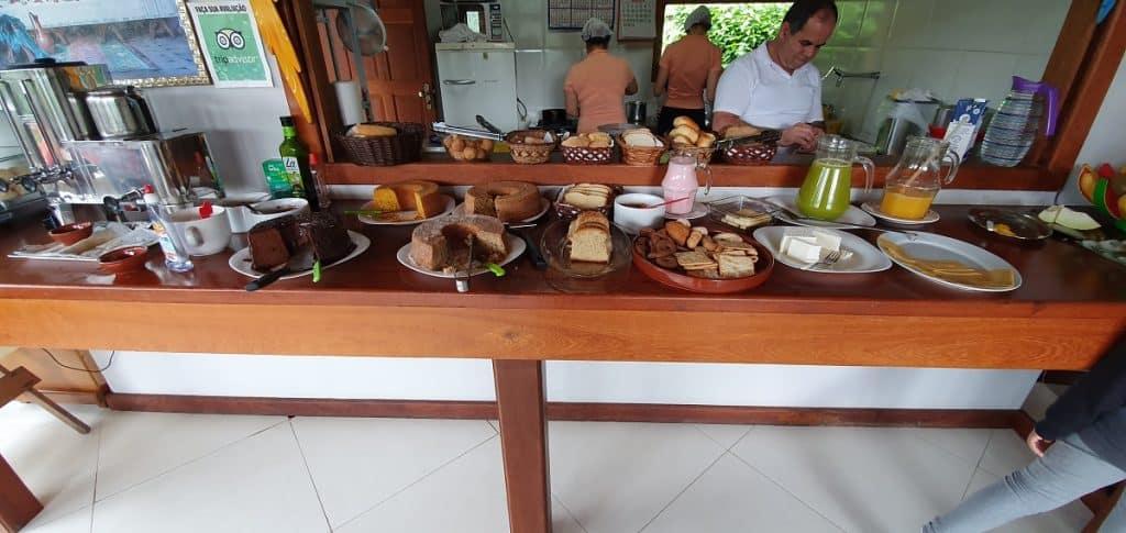 Equipe preparando o café da manhã na Pousada Sol Nascente.