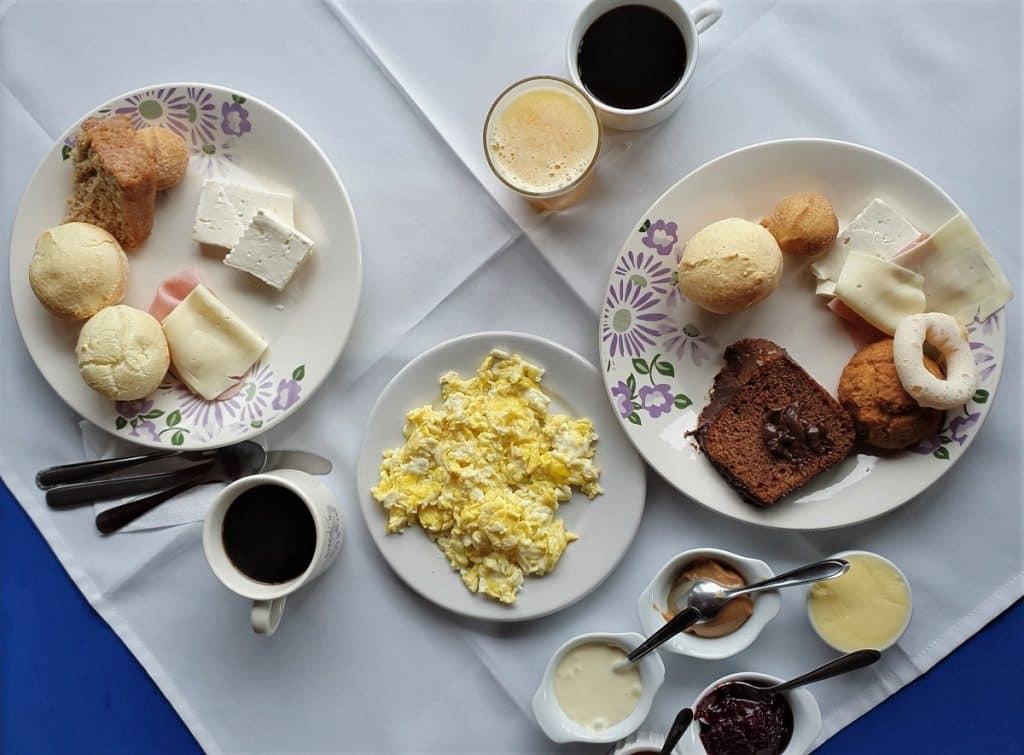 Café da manhã na pousada.