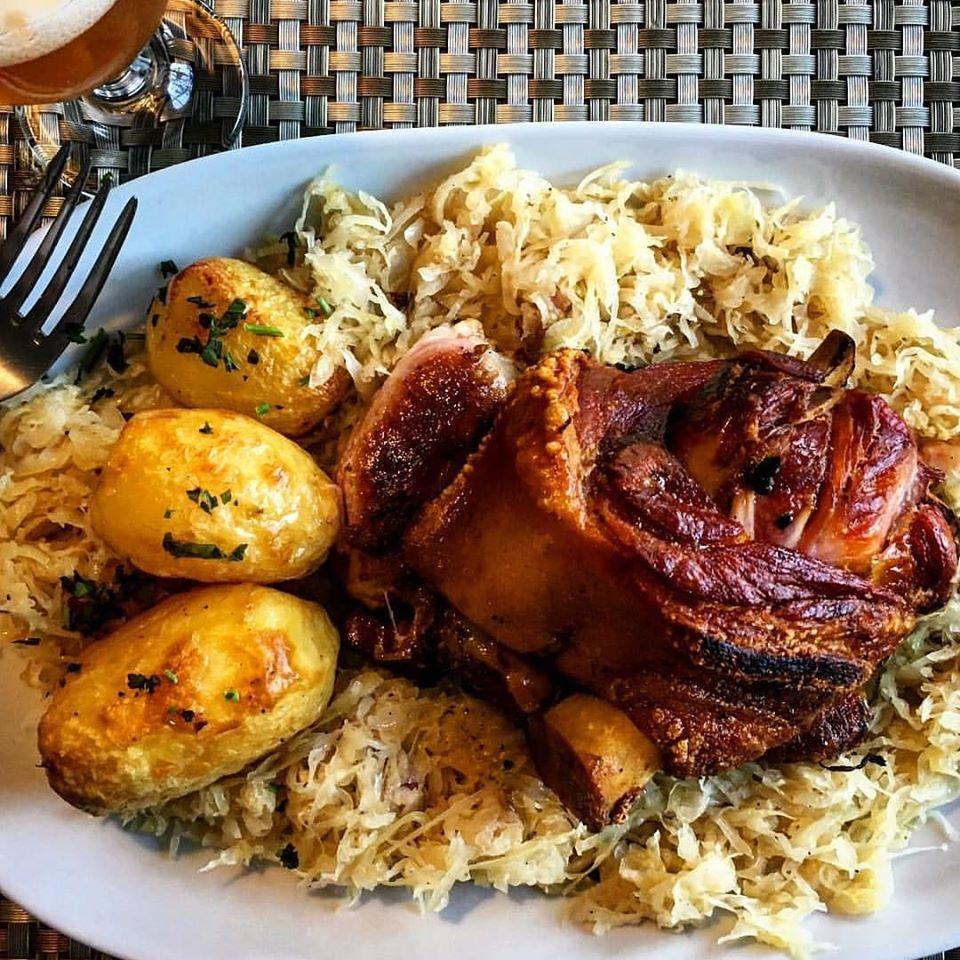 Comida alemã no restaurante Rasselbock em Monte Verde, MG.
