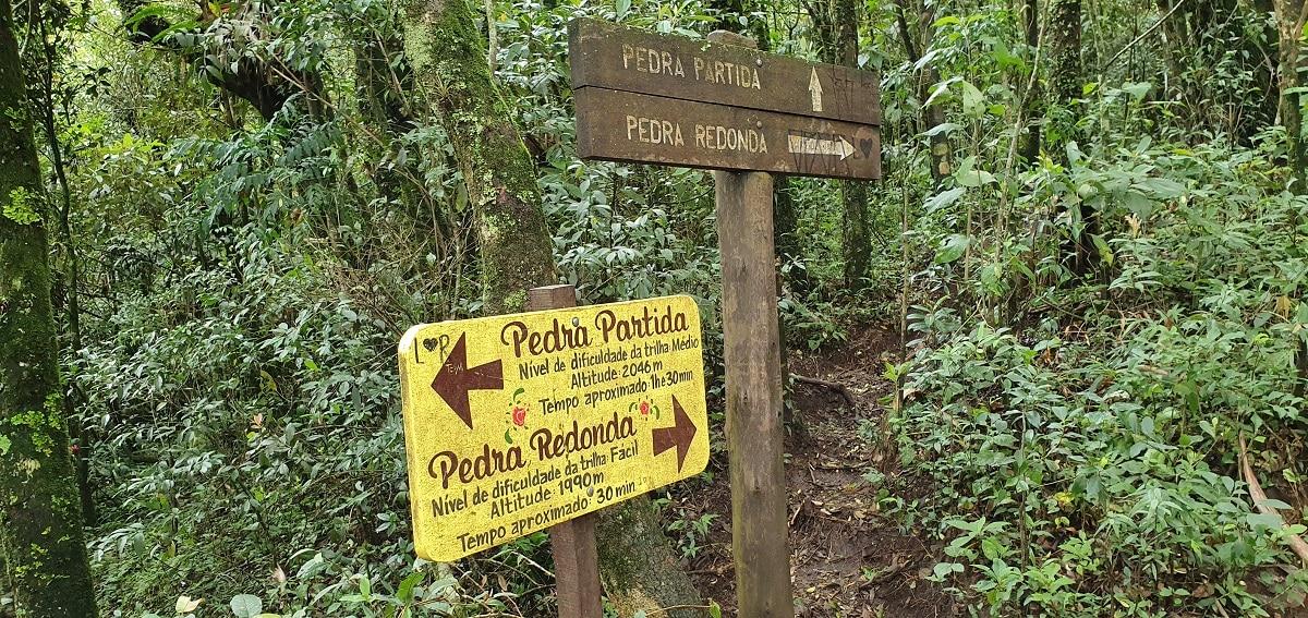 Orientações dentro da trilha da Pedra Redonda.
