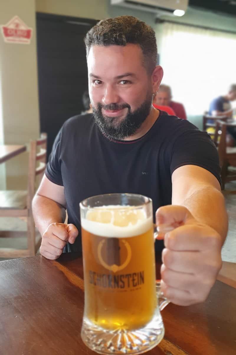 Tomando uma cerveja artesanal no Schornstein Knaipe.