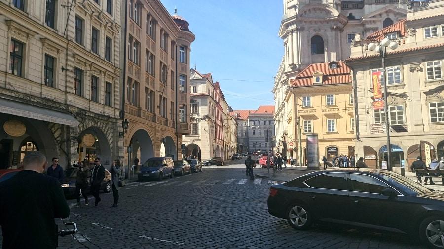 Pelas ruas no bairro Malá Strana