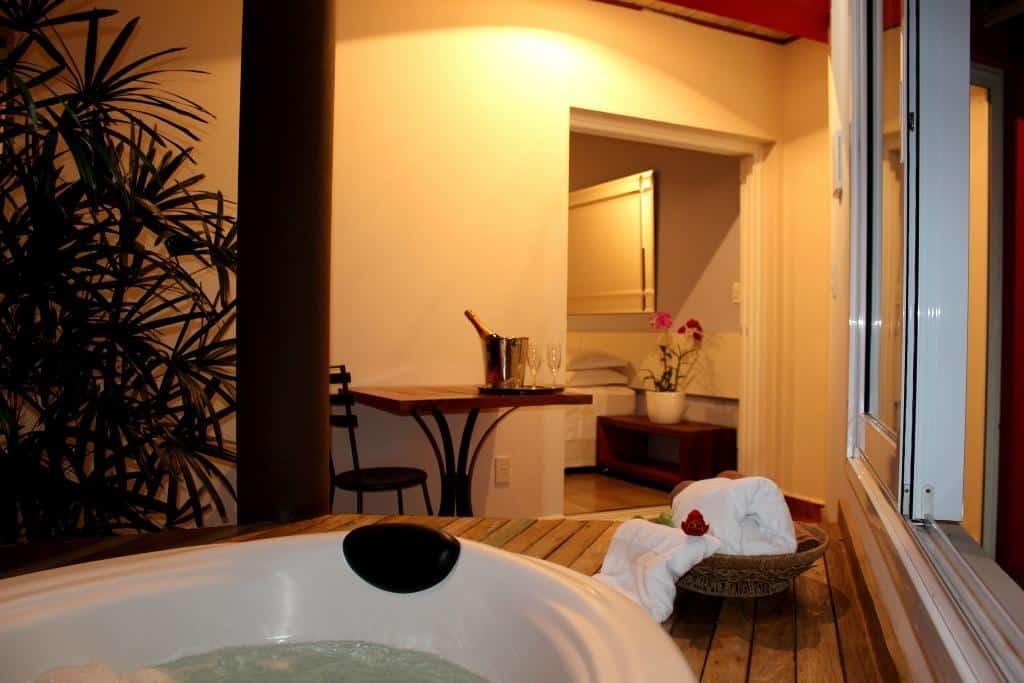Quarto do Hotel Boutique Frangipani em Brotas, SP.