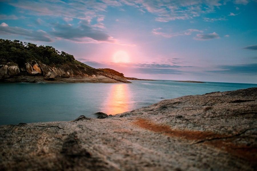 Praia dos Padres em Guarapari, Espírito Santo.